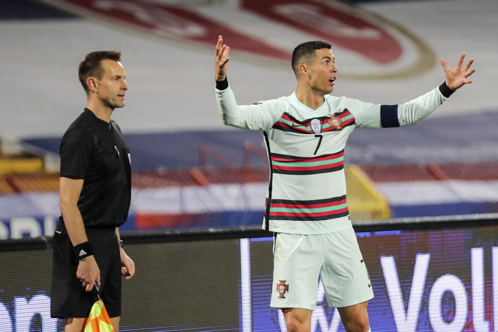 Cristiano Ronaldo não acredita na decisão do árbitro assistente de não validar golo contra a Sérvia. Foto: Miguel A. Lopes/Lusa