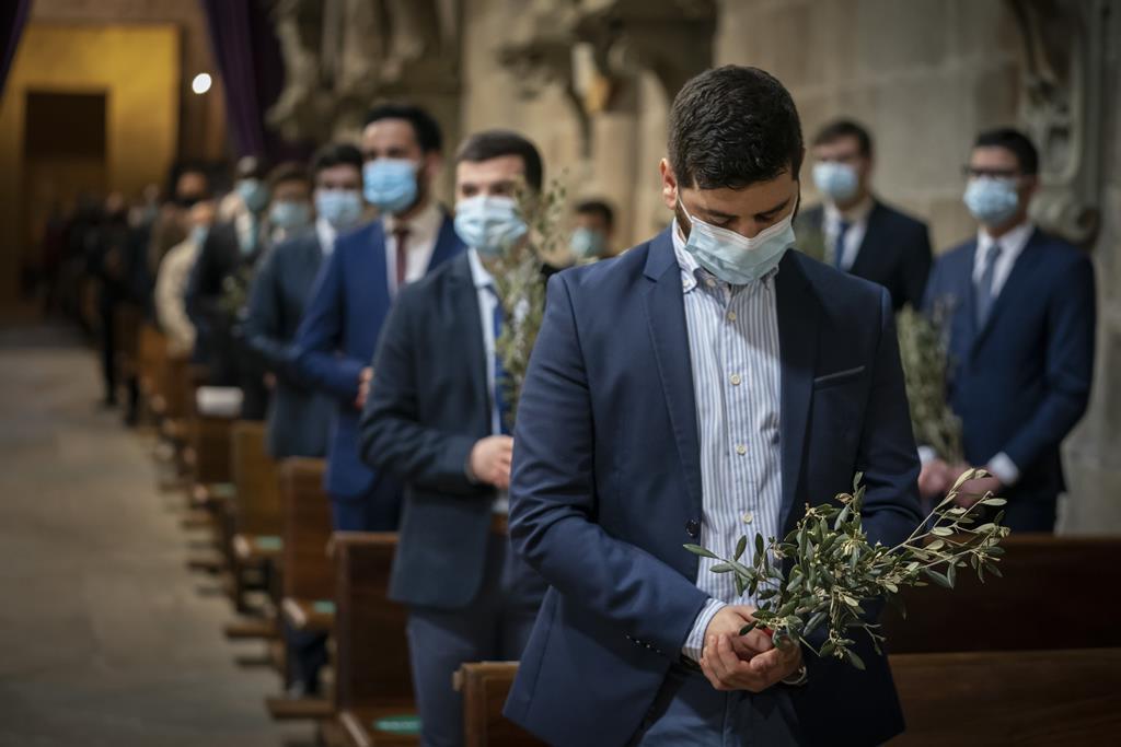 Católicos assinalam o Domingo de Ramos em Braga. Tríduo Pascal também será presencial, mas com limitações. Foto: Hugo Delgado/Lusa