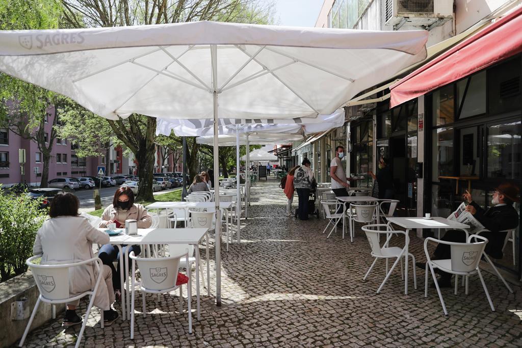Menos pessoas por mesa e distância entre mesas são medidas propostas. Foto: Tiago Petinga/Lusa