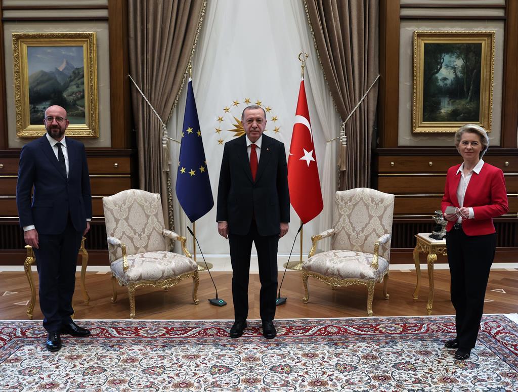 Presidente do Conselho Europeu Charles Michel, da Comissão Europeia Ursula von der Leyen e da Turquia, Recep Tayyip Erdogan. Foto: Presidental Press Office Handout/EPA