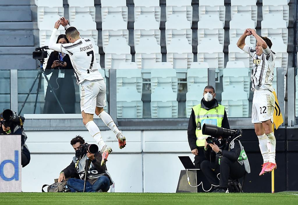 Cristiano Ronaldo marca pela Juventus ao Napoles. Foto: Alessandro Di Marco/EPA