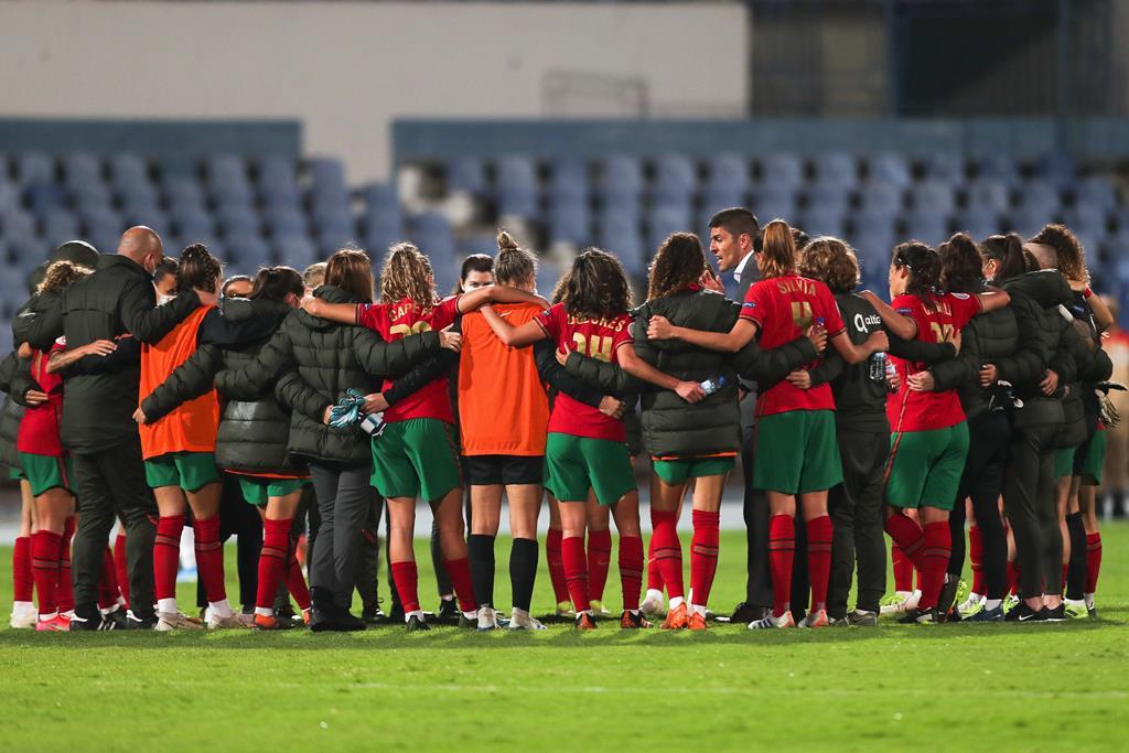 Francisco Neto conversa com as jogadoras de Portugal depois da eliminação diante da Rússia. Foto: Miguel A. Lopes/EPA