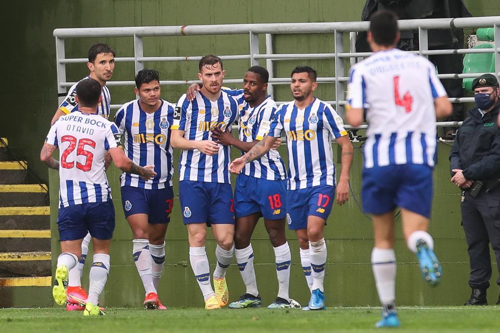 FC Porto ganhou em Tondela e Sporting empatou com o Famalicão. Diferença é agora de seis pontos na tabela. Foto: Paulo Novais/Lusa