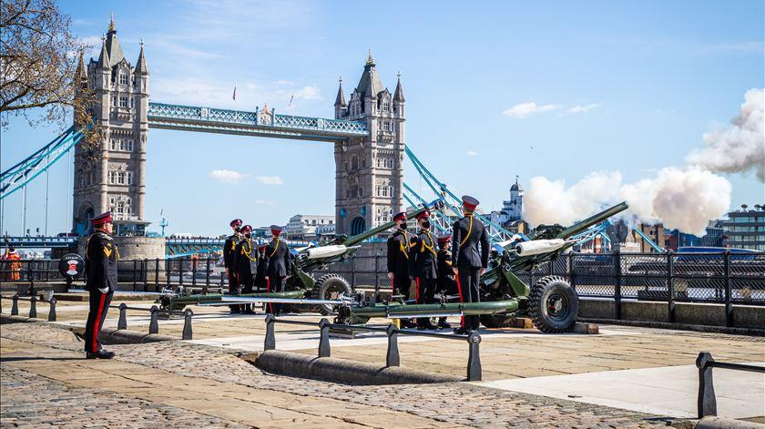 Salva de canhões junto à Torre de Londres. Foto: Cpl Ed Wright /Raf/EPA
