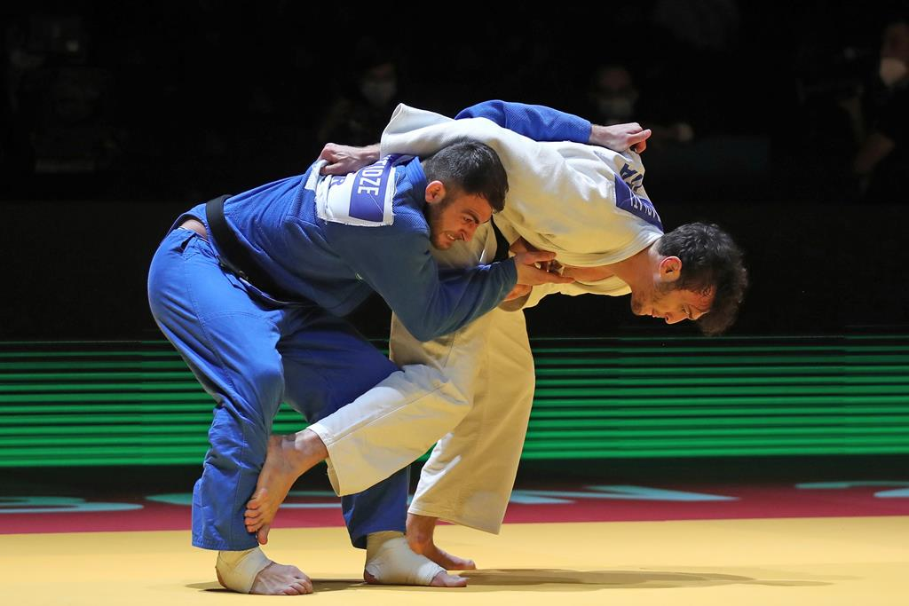 Anri Egutidze, Portugal, (de azul) contra Christian Parlati. Foto: Nuno Veiga/EPA