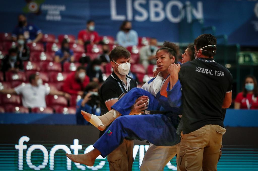Patricia Sampaio lesiona-se no combate durante o Europeu de Judo e é ajudada pela adversária e pelos médicos. Foto: Nuno Veiga/EPA