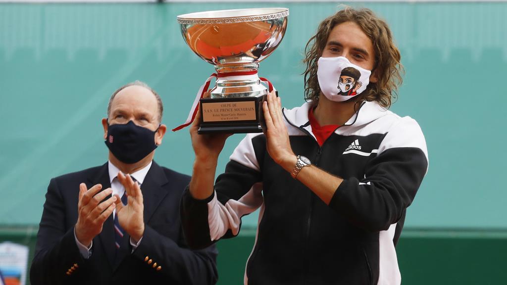 Stefanos Tsitsipas e o príncipe Alberto no final do torneio de ténis de Monte Carlo. Foto: Sebastien Nogier/EPA