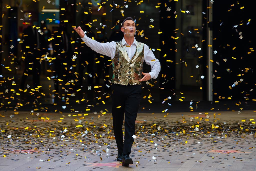 Bailarino e confettis na reabertura do UBBO na Amadora. Foto: José Sena Goulão/Lusa