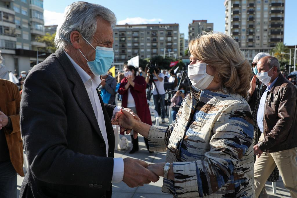 Jerónimo com a candidata da CDU à Câmara Municipal de Almada, Maria das Dores Meira. Foto: Miguel A. Lopes/Lusa