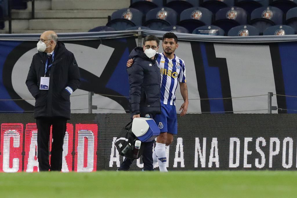 Corona, do FC Porto, lesiona-se contra Famalicão. Foto: Estela Silva/EPA