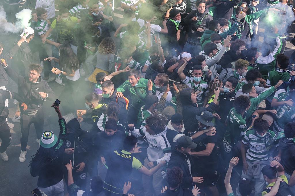 Adeptos do Sporting em Alvalade, em antecipação dos festejos do título. Foto: Miguel A. Lopes/Lusa
