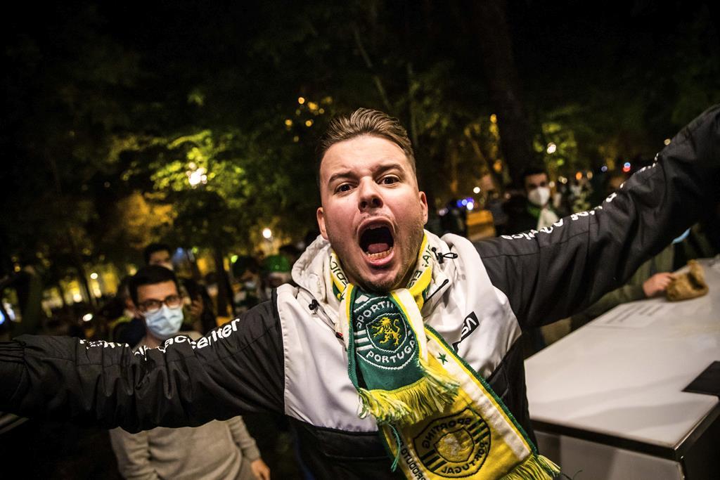 Adepto grita Sporting campeão no Marquês de Pombal. Foto: José Sena Goulão/Lusa