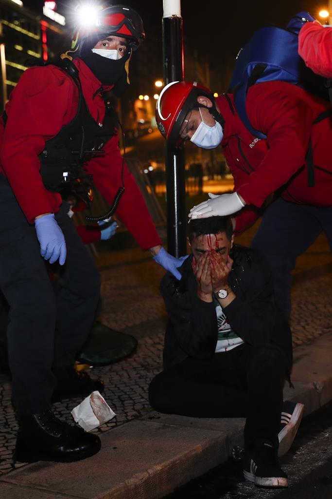 Adepto ferido pelo arremesso de objetos no Marquês de Pombal. Foto: José Sena Goulão/Lusa