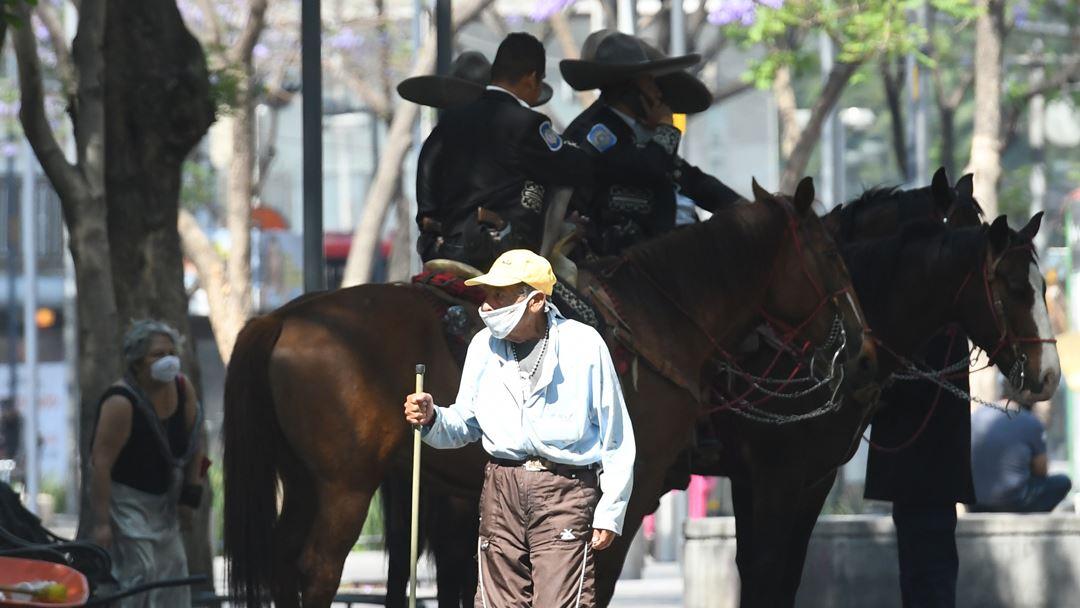 Cidade do México, México. Guardas turísticos vigiam as ruas da Cidade do México, depois de o Governo ter decretado o isolamento social obrigatório no país. Foto: Jorge Nunez/EPA