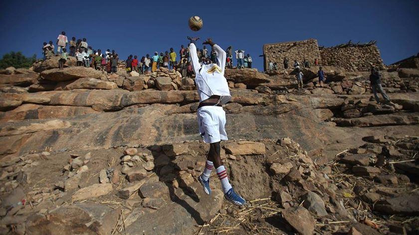 """""""Até Lá Abaixo"""". Uma bola rolou por África e três jornalistas nunca mais voltaram a uma redação"""