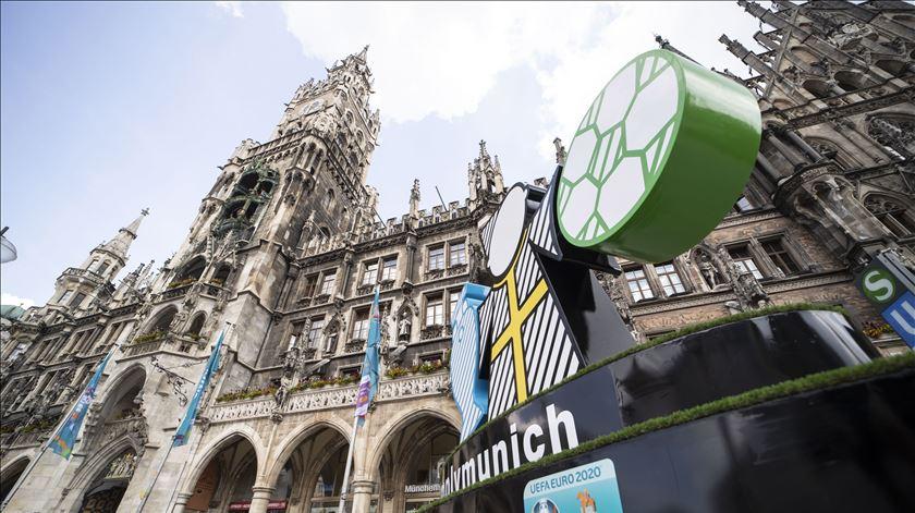 Marienplaz, em Munique, vestida a rigor. Foto: Lukas Barth-tuttas/EPA