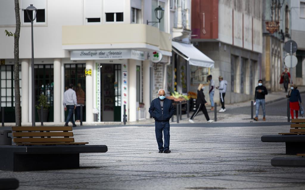 População de Rio Maior passeia no centro da cidade no primeiro dia após passo atrás no plano de desconfinamento. Foto: Sofia Freitas Moreira/RR