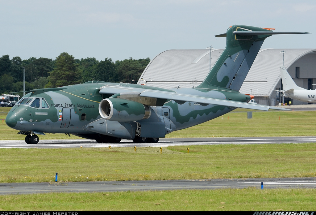 Embraer negocia venda de 5 jatos KC-390