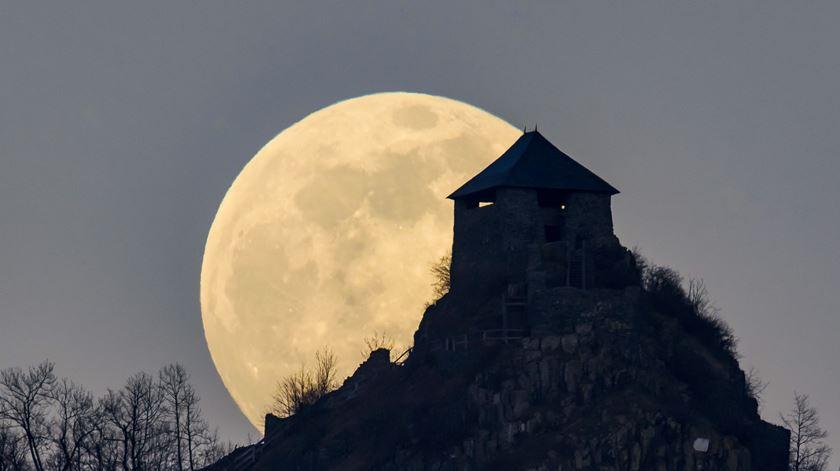Rosa, a maior super Lua do ano, vista a partir de diferentes cantos do mundo
