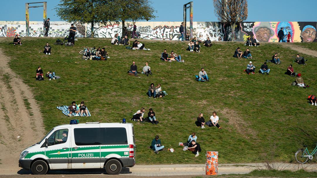 Berlim, Alemanha. Polícia alemã vigia habitantes durante a tarde de primavera deste domingo. Ajuntamentos de mais de duas pessoas são proibidos na Alemanha. Foto: Alexander Becher/EPA