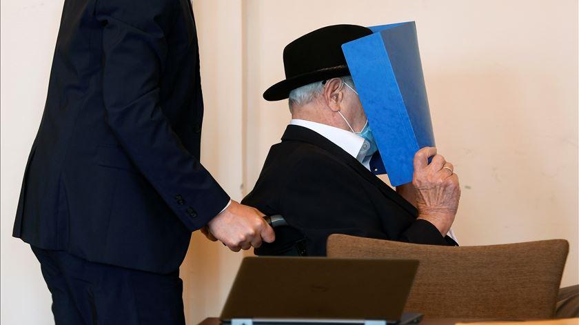 Ex-guarda nazi de 93 anos condenado a pena suspensa de dois anos de prisão