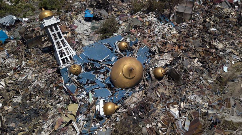 As imagens da devastação deixada pelo sismo e tsunami na Indonésia