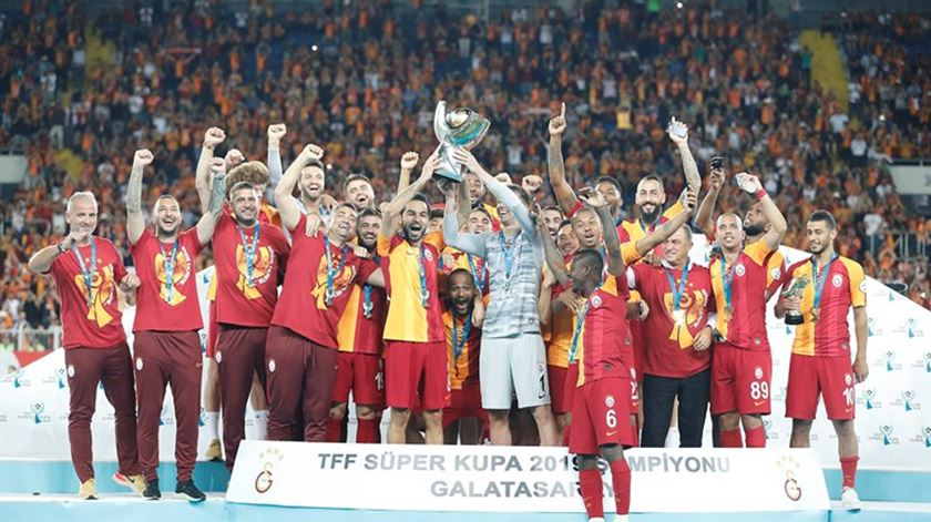 Nzonzi troca Roma por Galatasaray