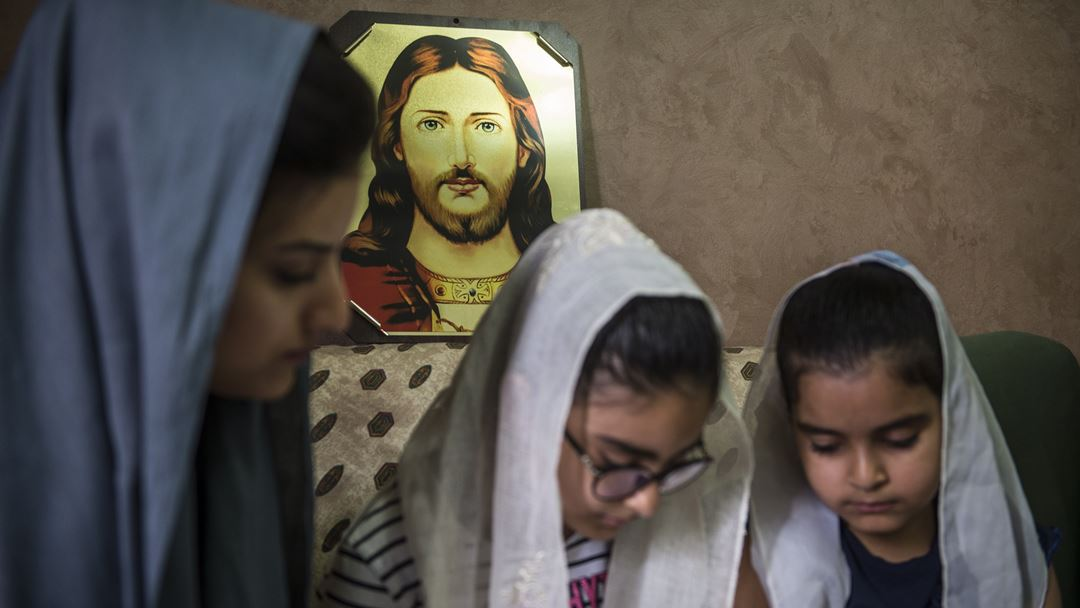 Cairo, Egito. Uma família egípcia lê a Bíblia em casa. O Governo decretou duas semanas de isolamento no país, desde 25 de março. Foto: Mohamed Hossam/EPA