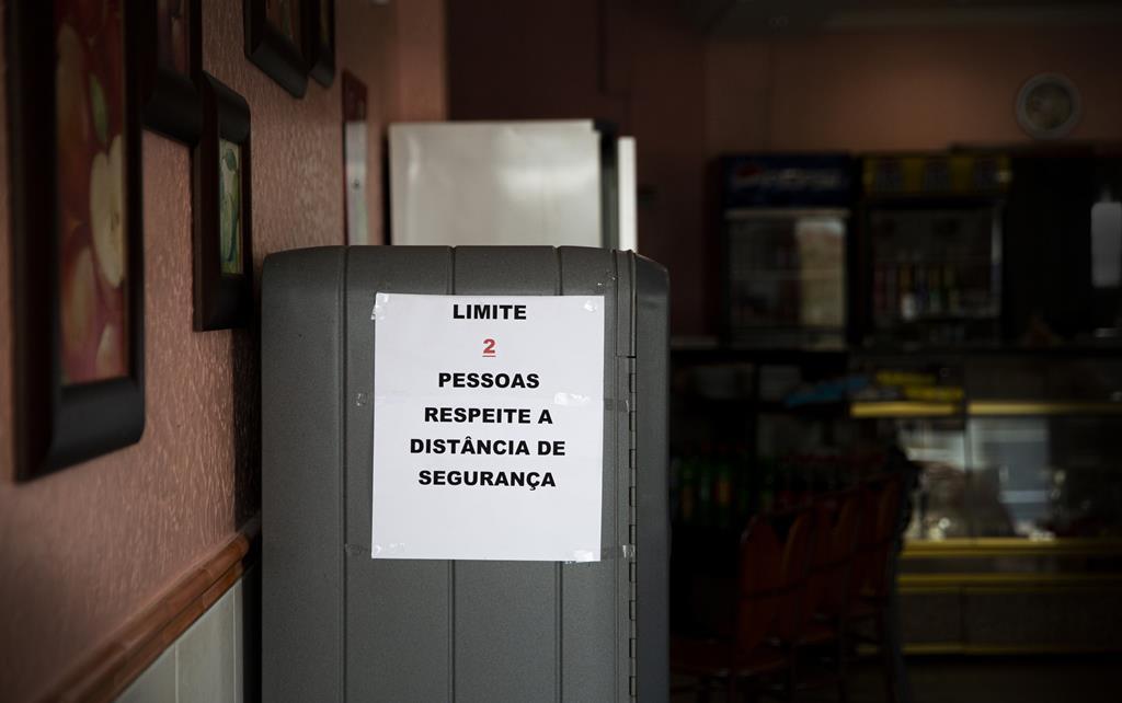 Aviso para respeito pela distância de segurança no interior de um restaurante em Rio Maior. Foto: Sofia Freitas Moreira/RR