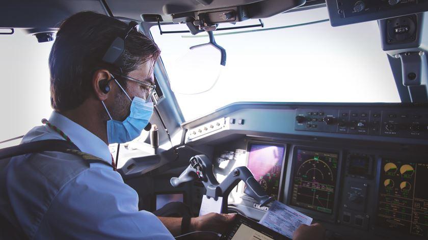 Aeroportos e companhias reforçam medidas de higienização, mas a retoma dos voos continua em baixo