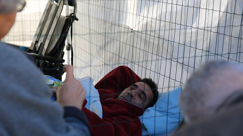 Visita de Marcelo põe fim a protesto de ativista tetraplégico em gaiola