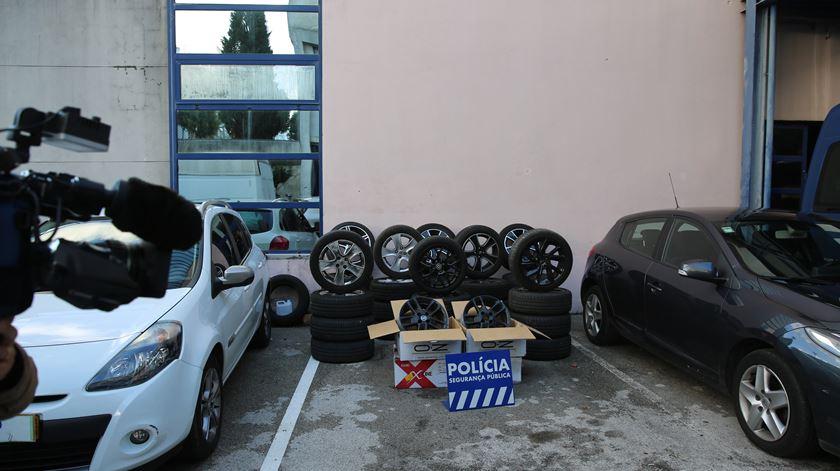 As rodas e as jantes recuperadas pela PSP ao grupo de assaltantes. Foto: João Carlos Malta/RR