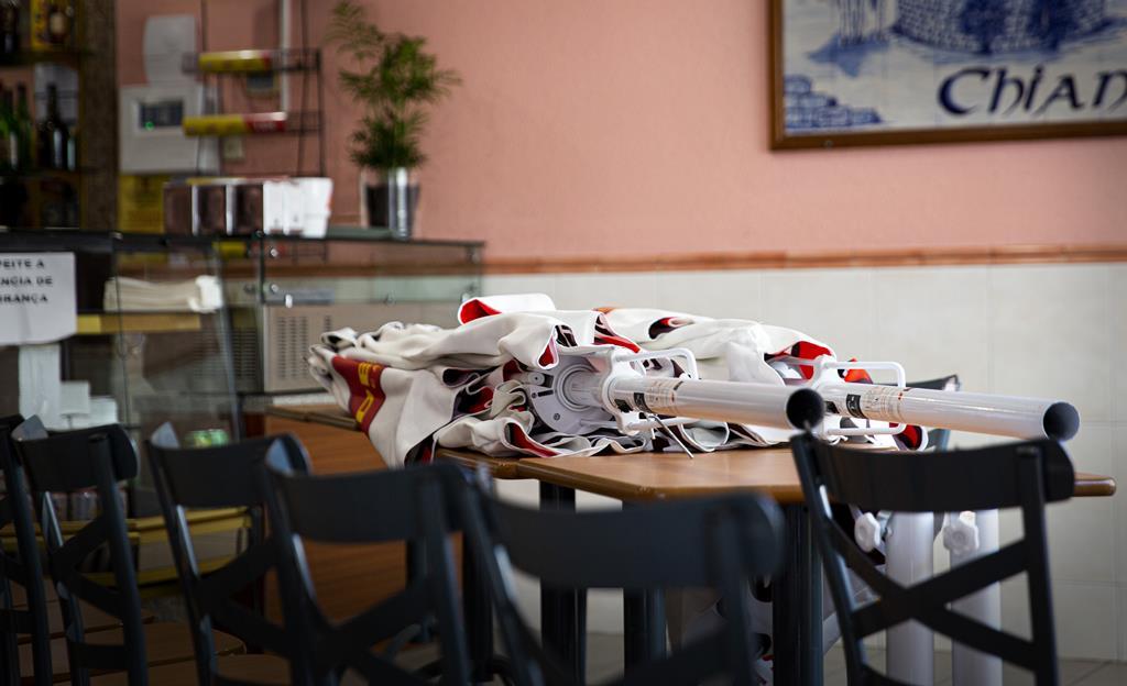 Equipamento de esplanada guardado no interior de um restaurante. Foto: Sofia Freitas Moreira/RR