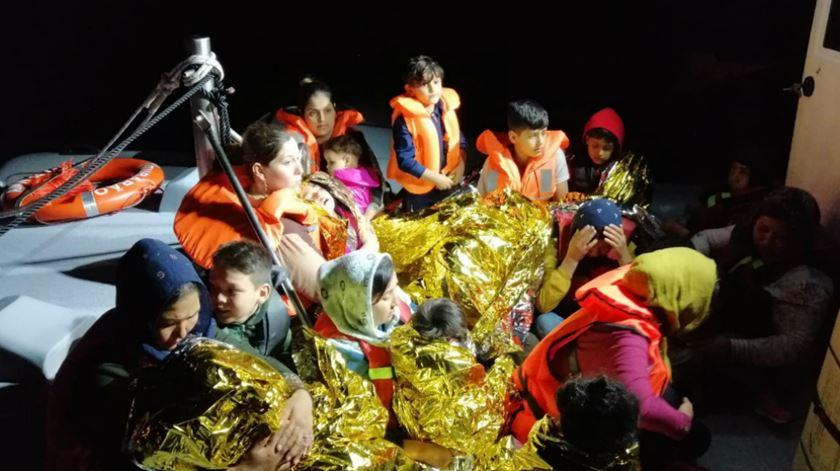 Grécia. 12 crianças entre os 32 migrantes resgatados pela Polícia Marítima