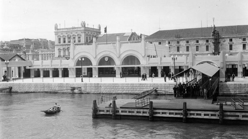 Vista Sul da Frente Ribeirinha da Estação Sul e Sueste, 1932, da autoria de Eduardo Portugal. Foto: Associação  de Turismo de Lisboa