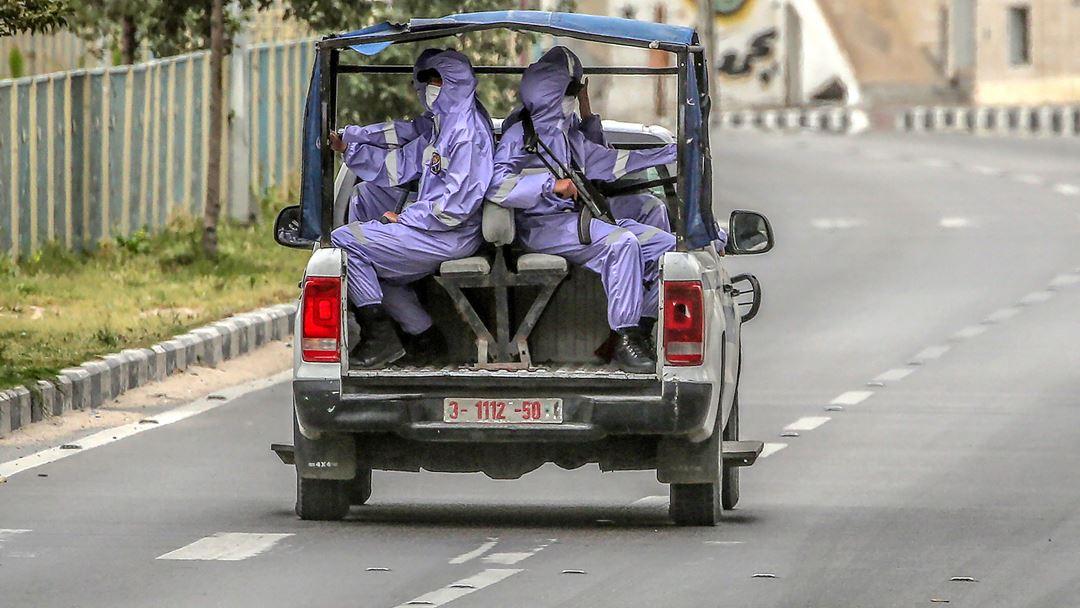 Gaza, Palestina. Agentes de segurança palestinianos vigiam as ruas de Gaza, vestidos com fatos de proteção. Foto: Mohammed Saber/EPA