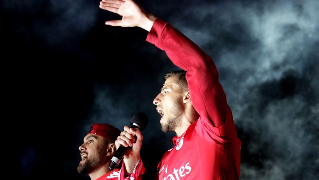 Rúben Dias e Jardel levantaram a Taça de Campeão perante milhares de adeptos em euforia. Foto: Joana Gonçalves/Renascença