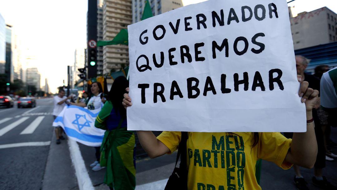 São Paulo, Brasil. Um grupo de brasileiros manifesta-se contra as medidas de contingência decretadas pelo governador de São Paulo, João Doria, este domingo. Foto: Fernando Bizerra/EPA
