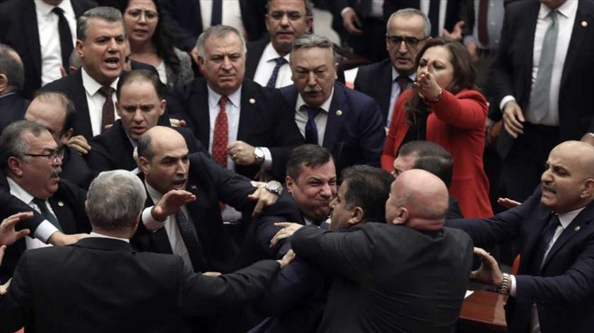 Turquia. Acusação a Erdogan motiva cenas de pancadaria no Parlamento