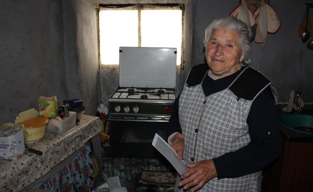 A casa onde Delmira vive não tem casa de banho. Idosa de 86 anos faz a higiene diária numa bacia. Foto: Liliana Carona/RR
