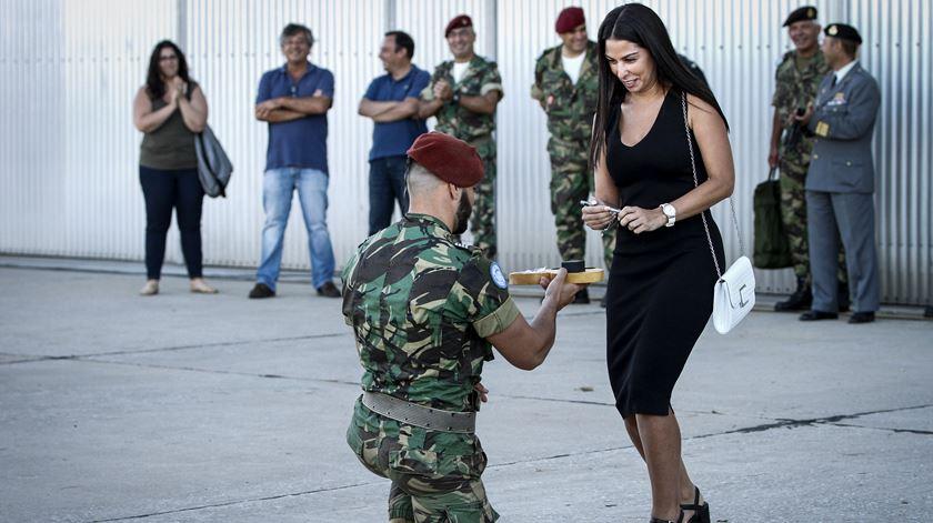 Aterrar, ajoelhar, noivar. 159 militares regressam de missão em África