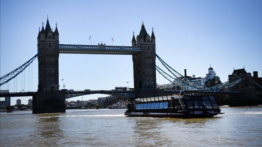 Aumentam para 98 as mortes no Reino Unido nas últimas 24 horas
