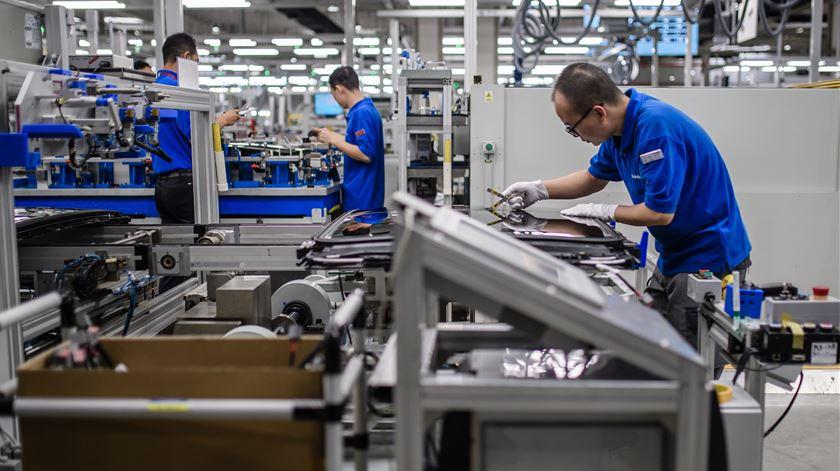 Trabalhadores continuam a pagar impostos. Empresas cortam receita ao Estado
