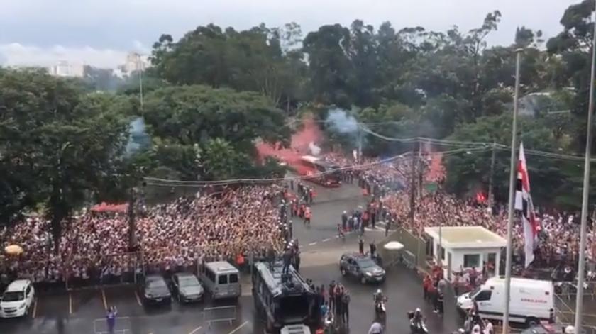 Adeptos do São Paulo recebem os jogadores antes do clássico com o rival Corinthians
