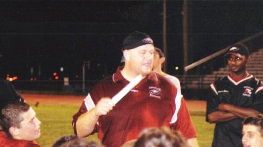 """Quem é Aaron Feis, o treinador """"herói"""" que morreu para proteger alunos do tiroteio"""