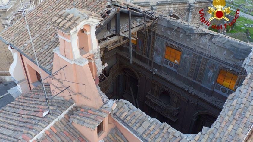 Teto de igreja desaba no centro de Roma