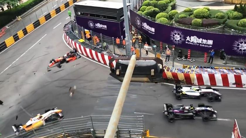 Acidente aparatoso no GP Macau faz cinco feridos