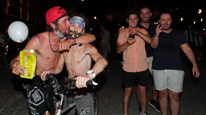 Sem fazer caso de proibições de ajuntamentos ou de consumo de álcool, os adeptos fizeram a festa. Foto: Estela Silva/RR