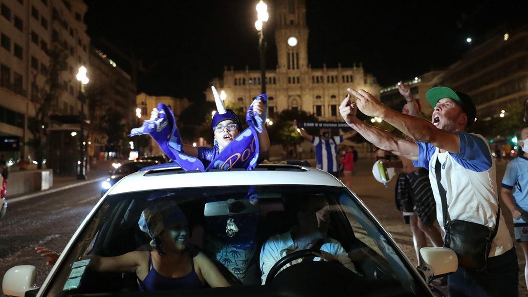 Adeptos do FC Porto festejam o titulo na Avenida dos Aliados. Foto: Estela Silva/Lusa