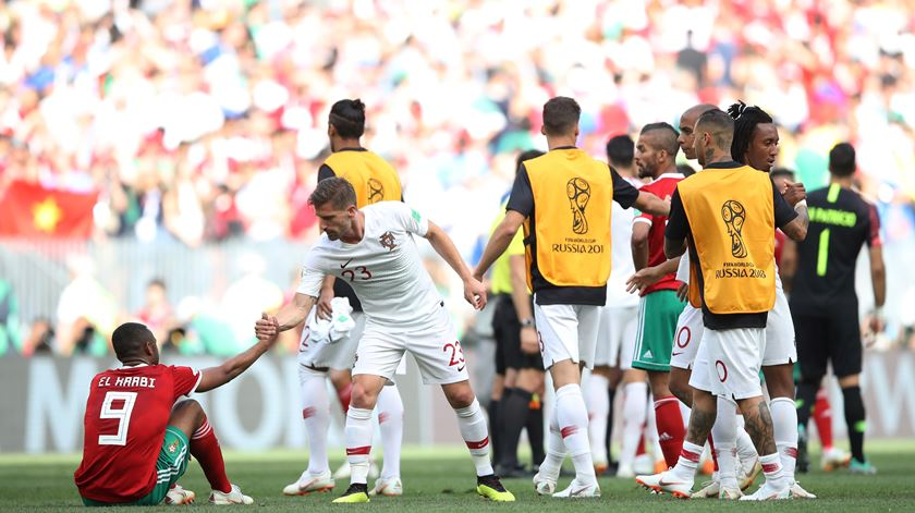 """Fair-play"" de Adrien no final do jogo com Marrocos. Foto: Carl Recine/Reuters"